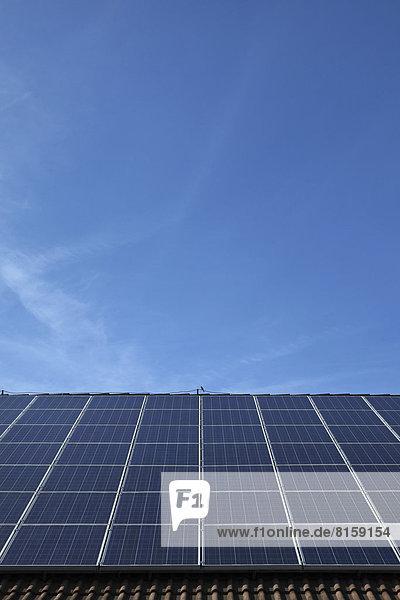 Deutschland  Bayern  Solarmodule auf dem Dach