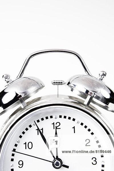 Wecker mit Zeitanzeige vor weißem Hintergrund  Nahaufnahme