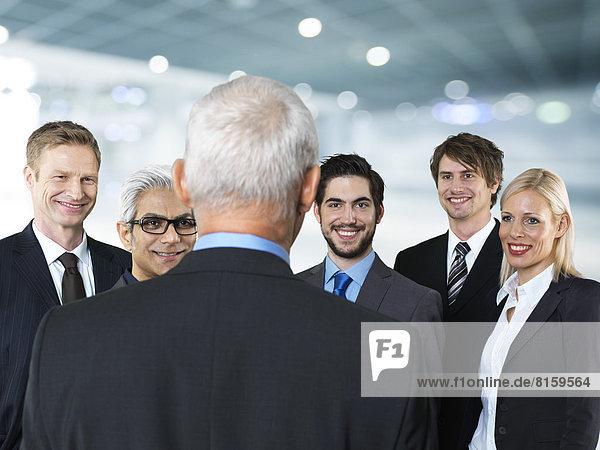 Geschäftsleute  die lächelnd reden.