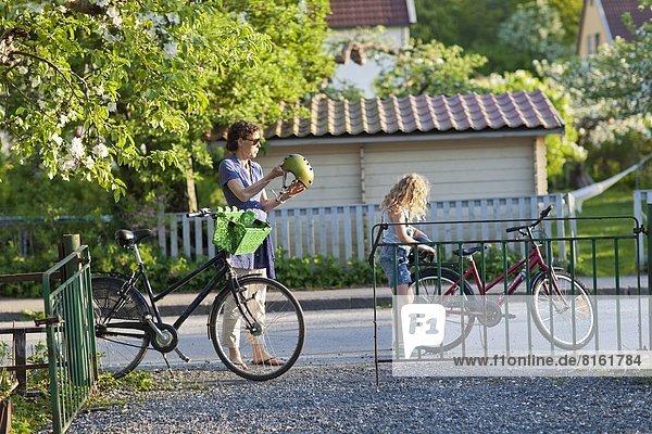 Vorbereitung  fahren  Tochter  Mutter - Mensch  mitfahren