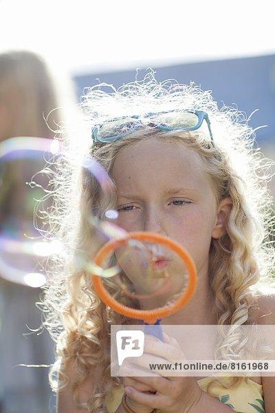 Mädchen machen Blasen