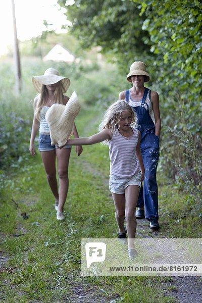 gehen  2  Tochter  Mutter - Mensch
