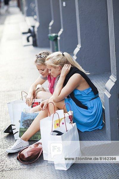 sehen , Tasche , kaufen , Tochter , Mutter - Mensch