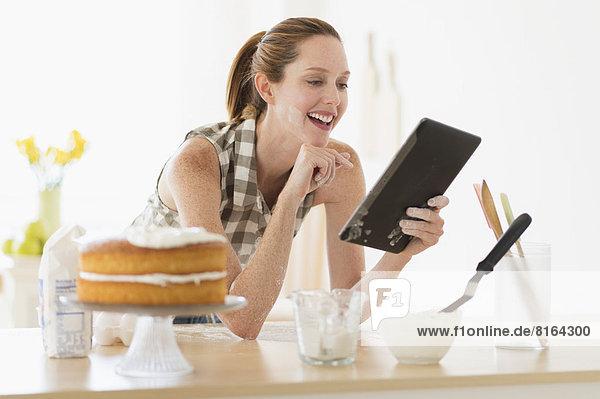benutzen  Frau  Computer  Küche  Tablet PC