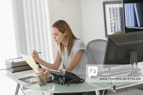 Geschäftsfrau im Büro arbeiten