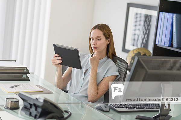benutzen  Frau  Computer  Büro  Tablet PC  Business