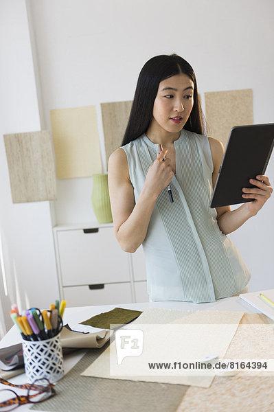 benutzen  Frau  Computer  Tablet PC  Business