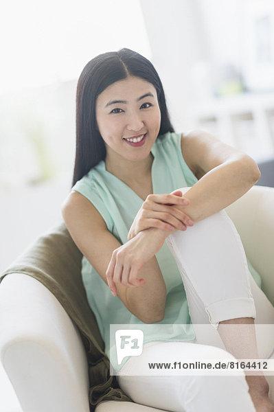 Portrait einer Frau im Sessel sitzen