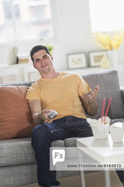 Mann  sehen  Fernsehen  Gericht  Mahlzeit  ausführen  essen  essend  isst