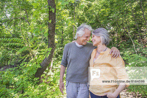 Entspannende älteres Paar in park