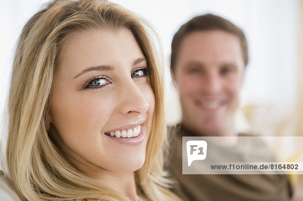 Junges Paar lacht fröhlich