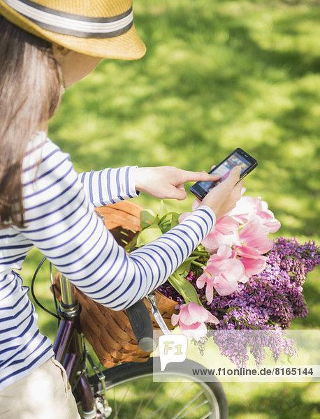 Mitte erwachsen frau mit Mobiltelefon