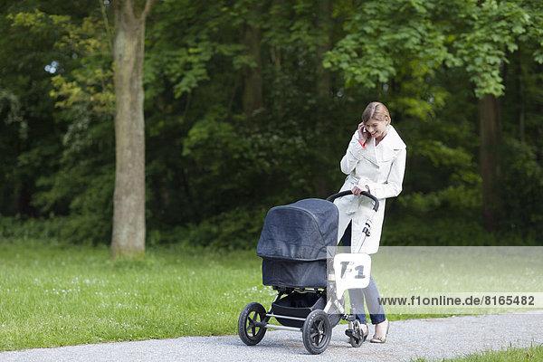 Kinderwagen  sprechen  Handy  Telefon  Mutter - Mensch
