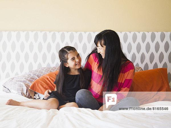 sitzend  Bett  Tochter  5-9 Jahre  5 bis 9 Jahre  Mutter - Mensch