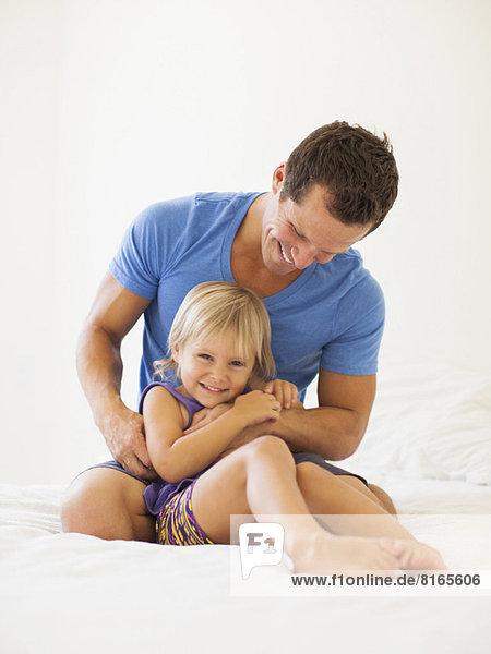 Vater spielen mit Tochter (2-3)