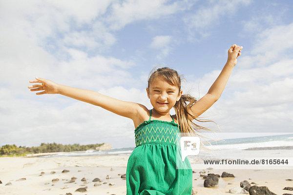 stehend  Portrait  Strand  heben  5-9 Jahre  5 bis 9 Jahre  Mädchen