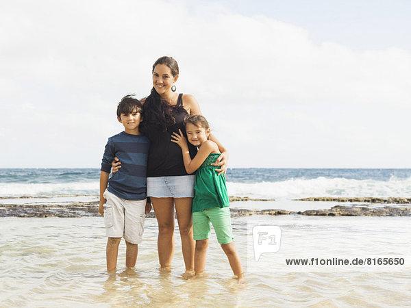 stehend  Portrait  Strand  Junge - Person  5-9 Jahre  5 bis 9 Jahre  10-11 Jahre  10 bis 11 Jahre  Mädchen  Mutter - Mensch