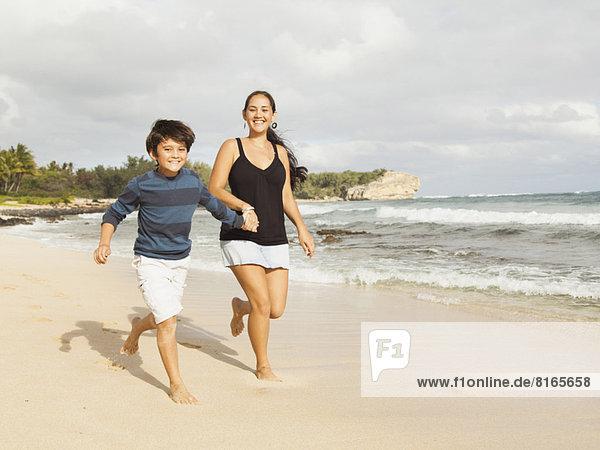Strand  Junge - Person  rennen  10-11 Jahre  10 bis 11 Jahre  Mutter - Mensch