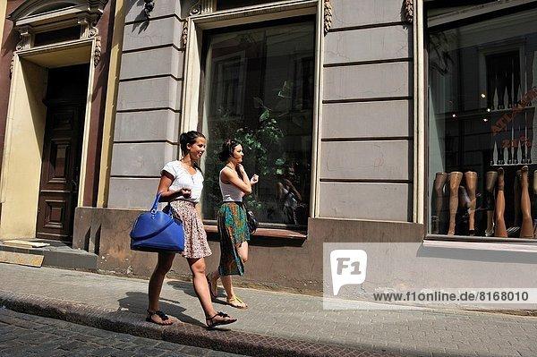 gehen  Straße  Stadt  2  jung  Mädchen  Riga  Hauptstadt  Lettland  Nordeuropa  alt