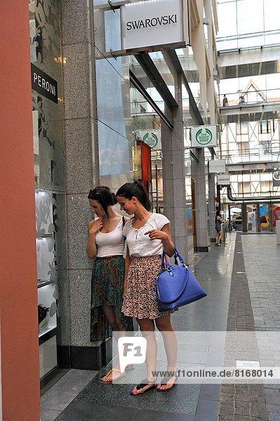 Stadt  kaufen  2  jung  Mädchen  Riga  Hauptstadt  Lettland  Post  Nordeuropa  alt