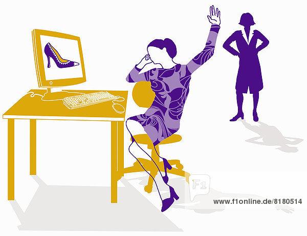 Vorgesetzte beobachtet Angestellte beim Online-Shopping