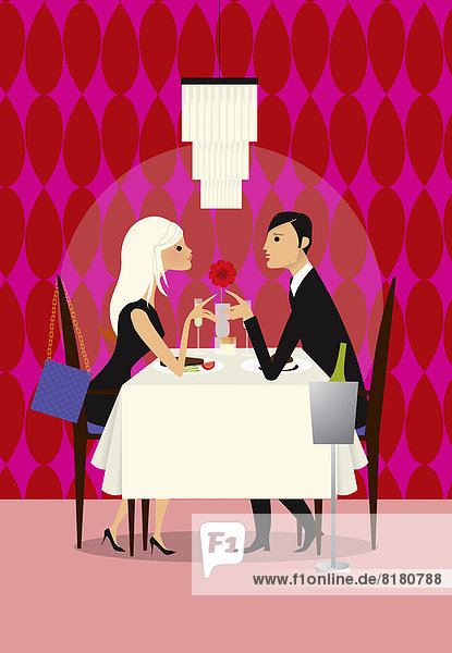 Paar genießt ein romantisches Abendessen im Restaurant