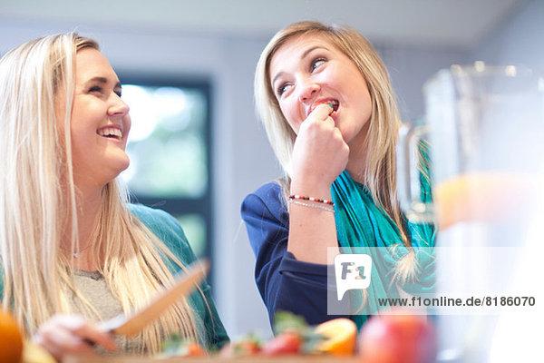Junge Frauen bei der Zubereitung von Fruchtgetränken