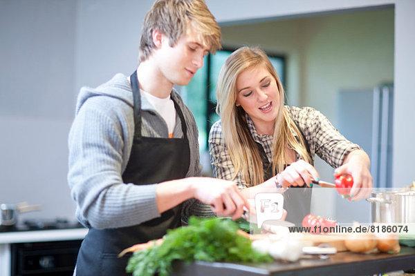 Junges Paar beim Zubereiten des Essens
