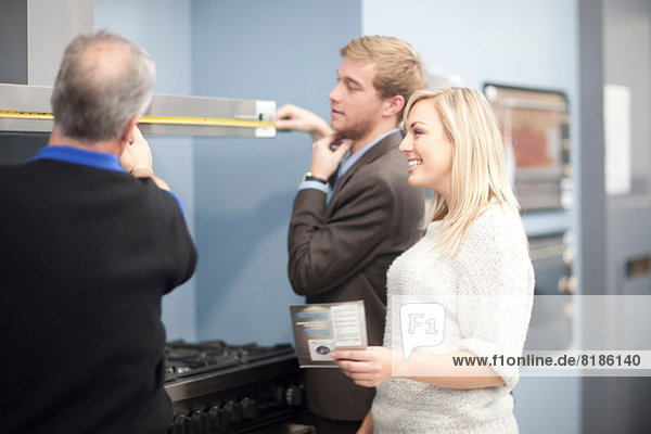 Junges Paar schaut sich Öfen im Ausstellungsraum an