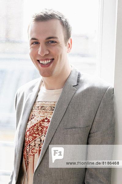 Mann in Jacke mit breitem Lächeln