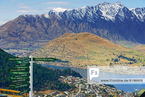 Alle Richtungen Wegweiser  Queenstown  Südinsel  Neuseeland