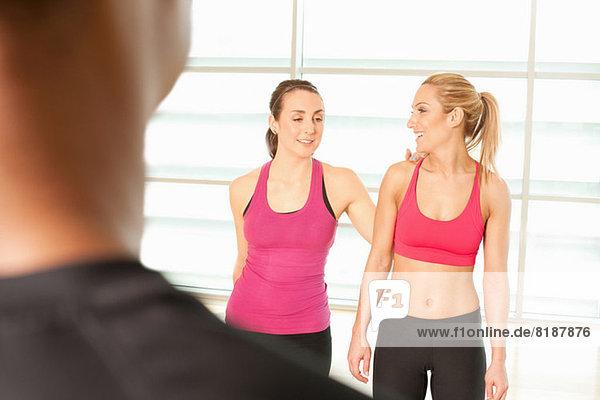 Frauen  die zusammen in der Trainingsklasse stehen