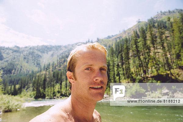 Porträt eines erwachsenen Mannes im Freien  Nahaufnahme