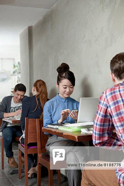 Studenten im Cafe mit Laptop