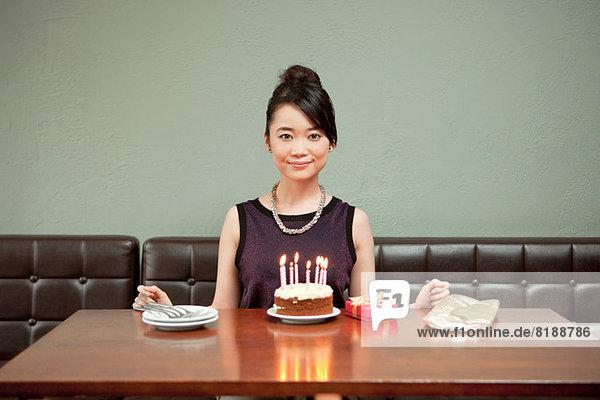 Junge Frau feiert Geburtstag allein im Restaurant