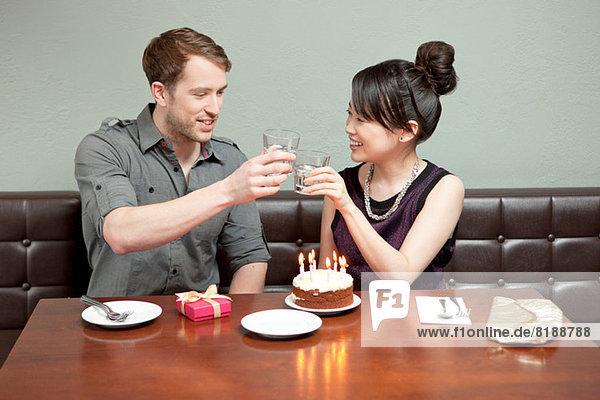 Junges Paar feiert Geburtstag im Restaurant