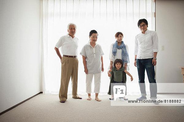 Drei Generationen Familie am Fenster  Portrait