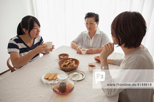 Drei Generationen Familie bei Tisch