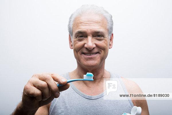 Senior Mann mit Zahnbürste  Portrait