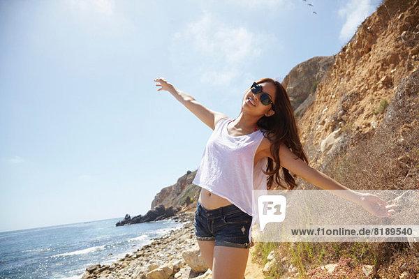 Junge Frau am Strand  Palos Verdes  Kalifornien  USA