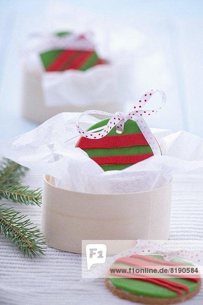 Band Bänder Weihnachten Lebkuchen Dekoration kugelförmig kugelig Kugeln Kugel Marzipan