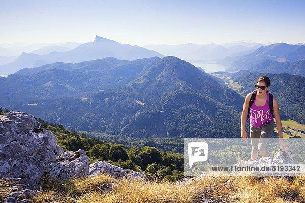 Junge Frau beim Bergwandern  Schober  Salzkammergut-Berge  Salzburger Land  Europa