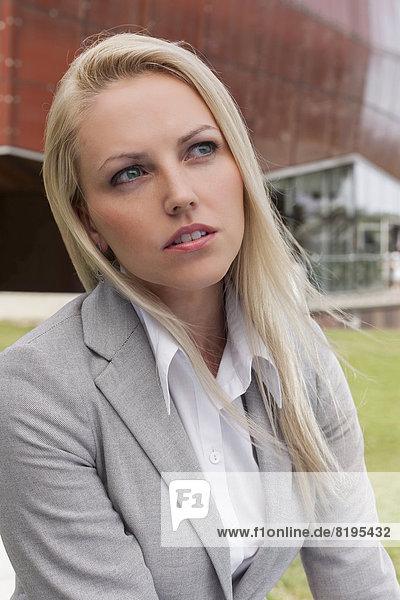 Geschäftsfrau  sehen  Gebäude  Close-up  close-ups  close up  close ups  Büro  jung  wegsehen  Reise  Nachdenklichkeit