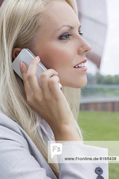 benutzen  Geschäftsfrau  Handy  Telefon  Close-up  close-ups  close up  close ups  Ansicht  jung  Seitenansicht