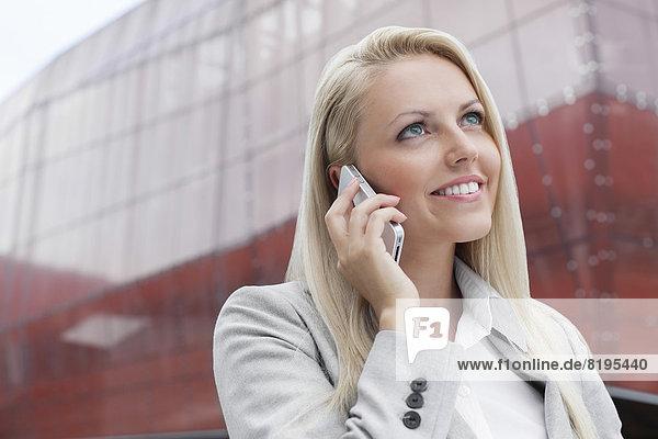 Geschäftsfrau  unterhalten  lächeln  Gebäude  Telefon  Close-up  close-ups  close up  close ups  Büro  Handy