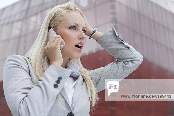 Geschäftsfrau  Kommunikation  Gebäude  Telefon  Schock  Close-up  close-ups  close up  close ups  Büro  Handy