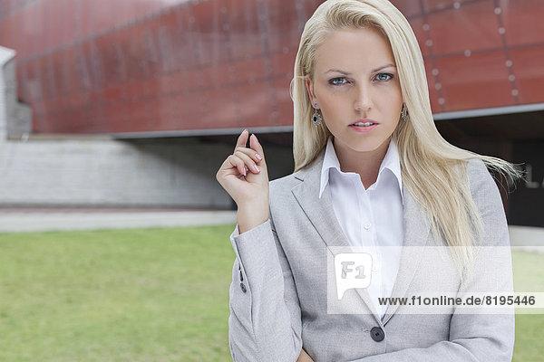 Portrait  Geschäftsfrau  gestikulieren  Gebäude  Büro  Hoffnung