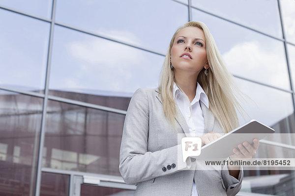 niedrig  Geschäftsfrau  sehen  Gebäude  halten  Büro  Ansicht  Flachwinkelansicht  wegsehen  Tablet PC  Reise  Winkel