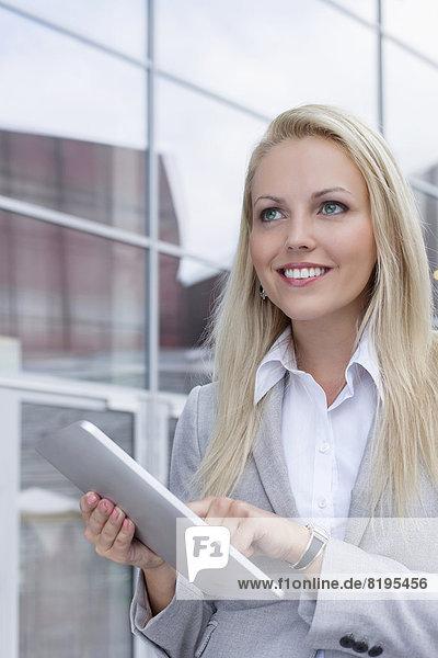 benutzen  Geschäftsfrau  Fröhlichkeit  sehen  Gebäude  Büro  wegsehen  Tablet PC  Reise