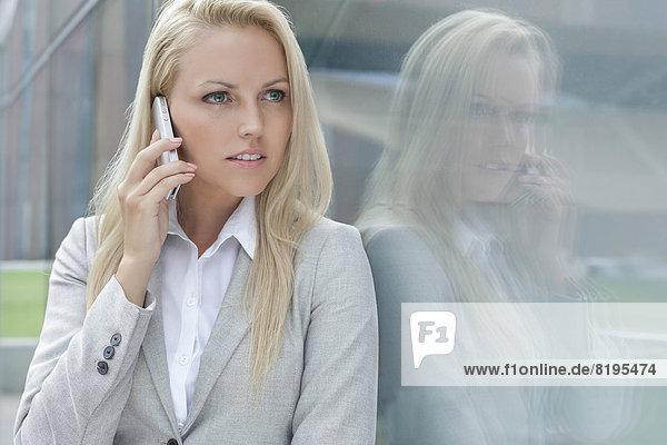 Handy  Geschäftsfrau  Schönheit  unterhalten  sehen  Glaswand  jung  wegsehen  Reise